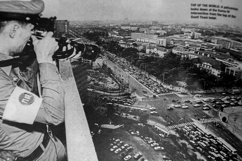 ภาพจากบทความหนังสือพิมพ์ บางกอกโพสต์ ตำรวจกำลังถ่ายภาพสี่แยกถนนพระราม 4 จากชั้นบนสุดของโรงแรมดุสิตธานี