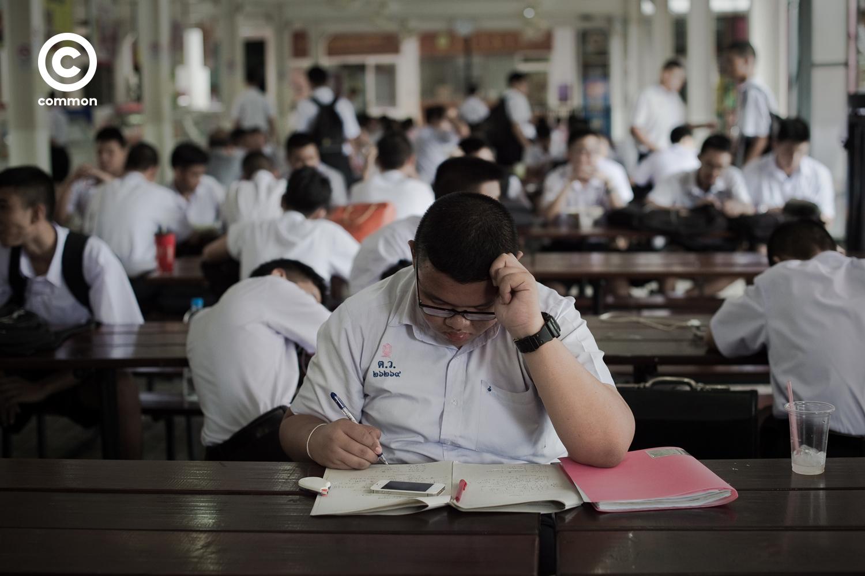นักเรียน อ้วน ทำการบ้าน โรงอาหาร โรงเรียน