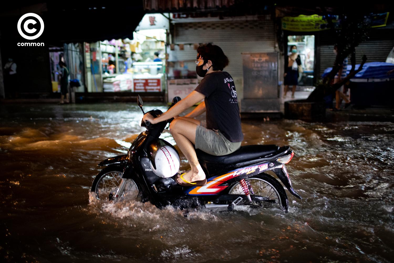 #PHOTOESSAY #น้ำท่วม #น้ำรอการระบาย #กรุงเทพฯ #LIFE #becommon